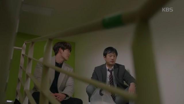 ジュンヨンは階段に座っているチェ弁護士
