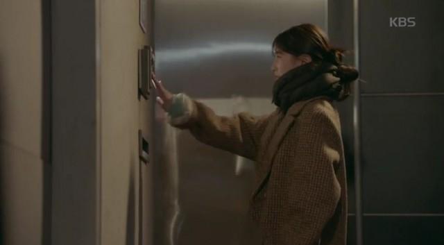 ノ・ウル(スジ)はチェ・ヒョンジュンの家に訪問しますが、家政婦は家に誰もいないと言われます。