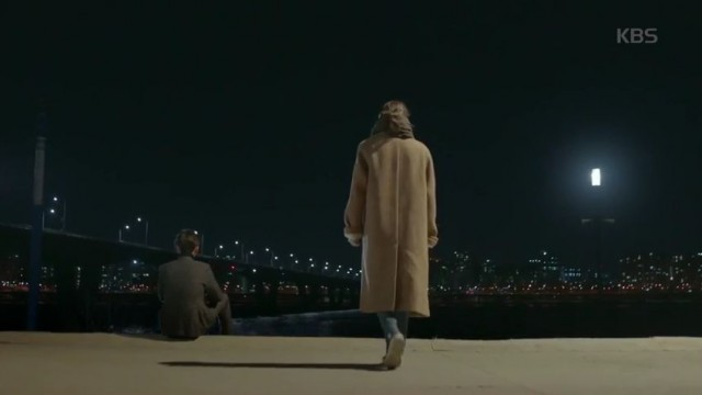 しばらく精神を失ってから目を覚ましたノ・ウルはジテの車から降りて川沿いに座っているジテに行きます。