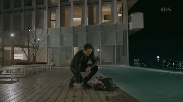 彼女を救うためにジュンヨンが飛び込んてジョンウンを救います。