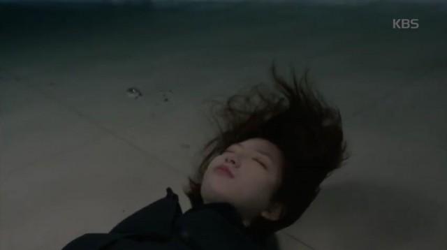 ジョンウンは苦しい心でお酒に酔ってそのままプール水の中に溺れます。