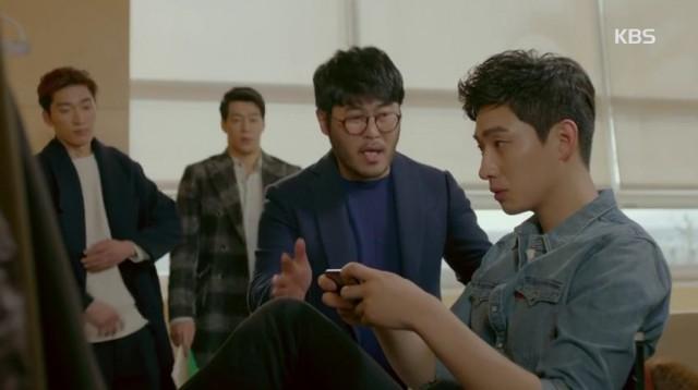 ソ・ユンフ(ユン・バク)は、待合室でシン・ジュンヨンドキュメンタリー撮ってたが解雇されたPDを私に付けるの?ふざけてるね!と不満を吐き出します。