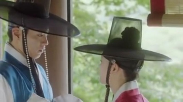 ラオン(キム・ユジョン)がジョン・ドリョンの代わりに約束の場所にいきます。