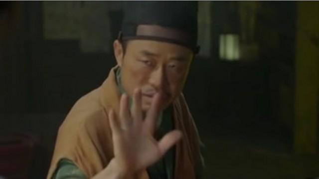 ラオンは施術者のオム・ゴン(イ・ムンシク)にお酒を飲ませて鼓子になったようにごまかします。