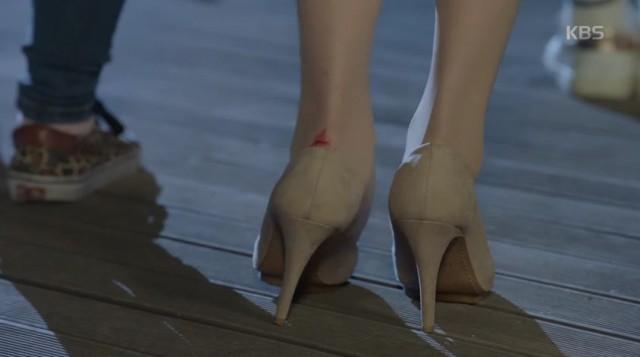 ノ・ウル(スジ)はヒールを履いて撮影している途中かかとが傷になり足を引きながら歩きます。