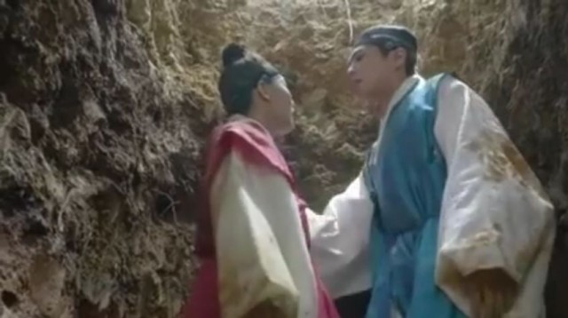 自分の正体がばれる危機に陥たラオンは李・旲(パク・ボゴム)をわなに嵌めるつもりだったが、彼がラ音を引いて入ったせいで一緒に罠に陥ってしまいます。