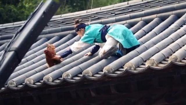 屋根の上まで登るホン・ラオン役のキム・ユジョン
