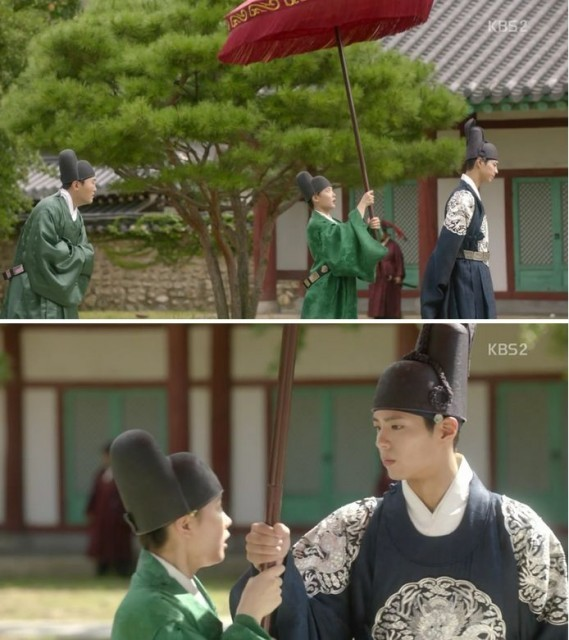 李・旲(パク・ボゴム)の日光を防いであげるために、ホン・ラオン(キム・ユジョン)は日傘を持って歩きます。