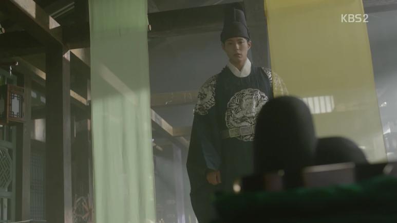 ラオンお正体が信じられないイヨンは資泫堂に訪ねますが、ラオンの服とブレスレットがおかれております