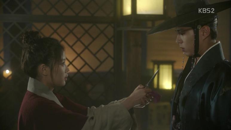 イ・ヨンの切ないお願いでビョンヨンはラオンと合わせてあげますが、ラオンは銀粧刀で脅威しながら彼が嫌がることを言いながら彼が自分を嫌いになるような発言を・・・