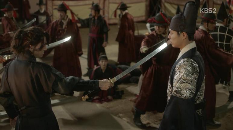 ビョンヨンは刀を取られずにイ・ヨンに向けます。