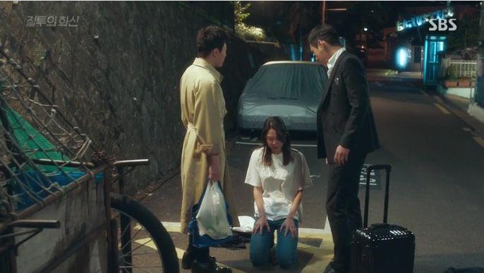 喧嘩中のファシンとジョンウオンを見つけたナリは二人に跪いて謝ります。