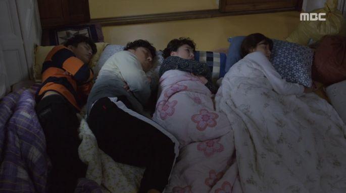 ルイとコ・ボクシル(ナム・ジヒョン)は部屋で起こった事件のせいで入れずにチョ・インソン(オ・デファン)とインソンの母の部屋で一緒に寝るようになりました。