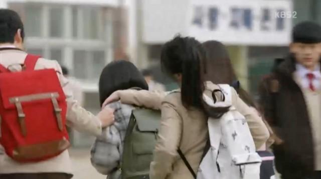 グォン・ドクシムは友達たちにまたいじめを受けています