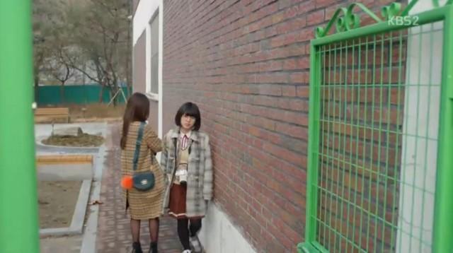 グォン・ドクシムに知りたいことがあったド・ヨジュはドクシムの姿を見て彼女を助けてあげます。