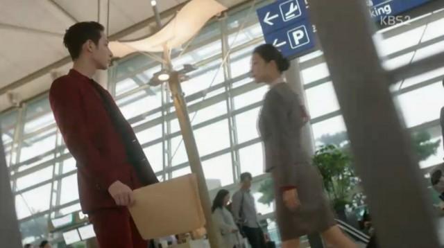 ド・ヨジュはグォン・ドクシムに自分とグォン・ドクボンの元彼女と何の関係があるかと聞いて、グォン・ドクシムはド・ヨジュにグォン・ドクボンに元彼女がド・ヨジュと似ていると言ってあげます。
