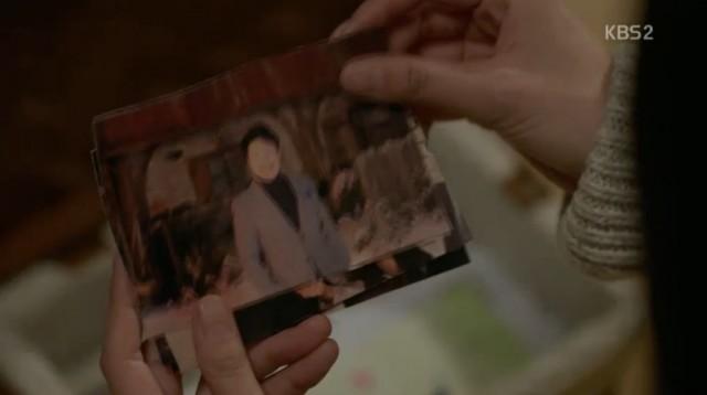 コ・ナンギル(キム・ヨングァン)が自分の父を殺したという話を聞いてホン・ナリは家に帰って父親の写真を探してみます。