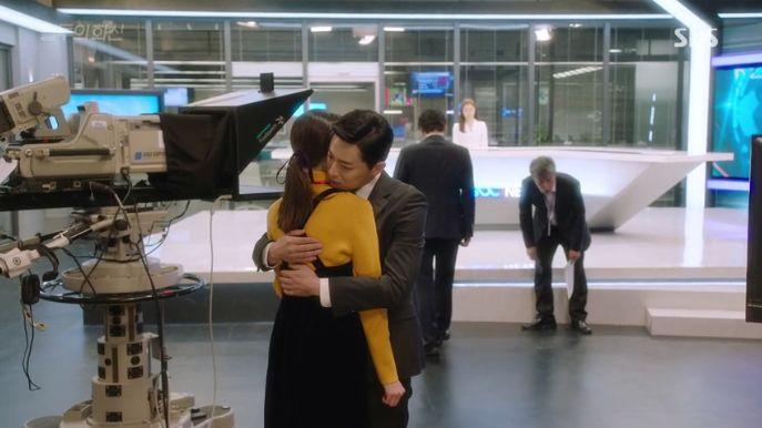 イ・ファシン(チョ・ジョンソク)がニュースで告白した乳癌の報道を見て、泣いてるピョ・ナリ(コン・ヒョジン)を慰めてあげます。