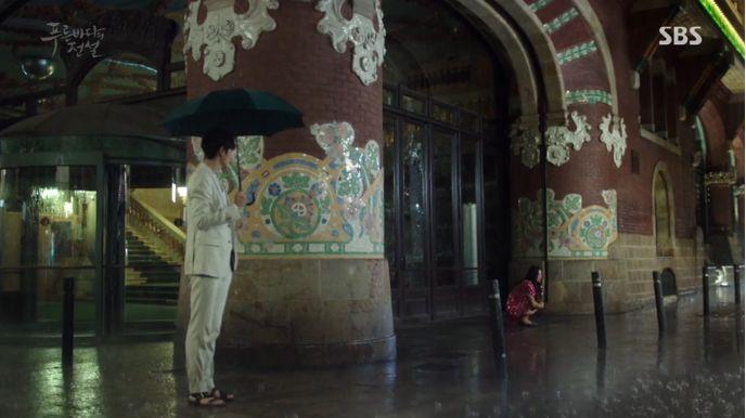 ジュンジェの「ここで待ってて!」という話を信じてシム・チョンはデパートの営業時間が終わってもそこで彼を待っています。