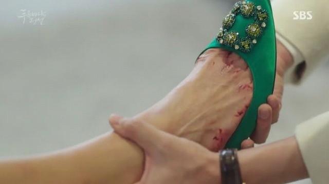 ジュンジェはシム・チョンに靴を履かせてあげます