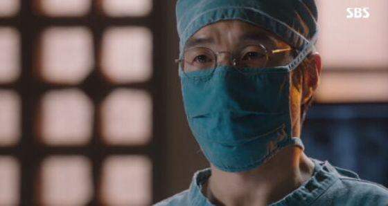 キムサブ(ハン・ソクキュ)は手術台にいる患者が強姦犯という事実を知りながらも手術を敢行しました。