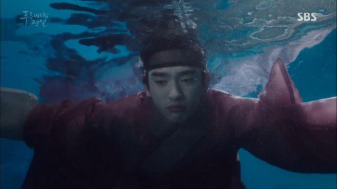 少年は自分が溺れると人魚が姿を見せてくれると思い、海の中へ入ります。