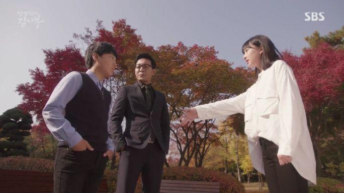 彼女をド・ユンワンは何の返事もしないで自分の家に連れ行って幼いユン・ソジョンは幼いド・インボムを会って握手を要請したが、インボムは彼女をじっと見るだけでした。