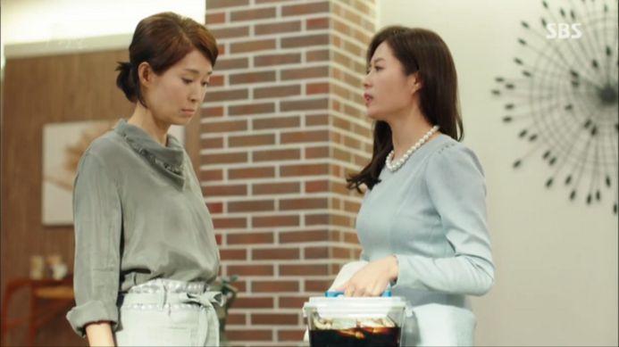 ジンジュ(ムン・ソリ)は手伝いさんにおかずを作ってもらいカン・ソヒにあげます。
