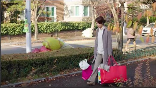ジュンジェの母であるモ・ユランはどこへ行っても自分がお金持ちに見える雰囲気で腹を立てたジンジュにクビされます。