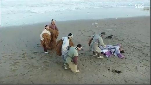 漁師たちが海に仕事をするために行きます。