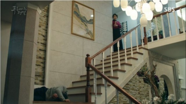 ホ会長(ジュンジェ父)が階段で転ぶ
