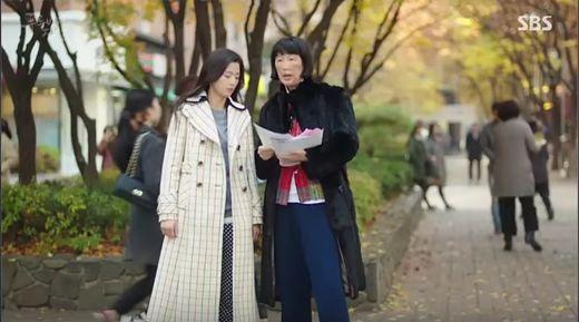 人魚シム・チョンはコジキ友にお金を稼ぐ方法を聞いて、道でチラシを配るバイトをはじめます。