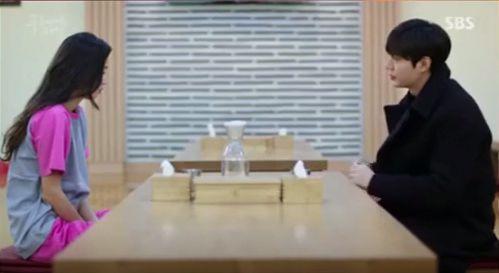 向かい合って座ってるジュンジェとシムチョン