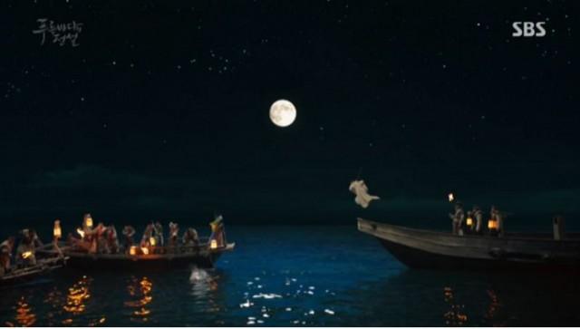 ヤン氏の部下達が槍を投げて人魚をつかもうとする姿を見てダムリョンは人魚を救えるために海に入り槍にさされます。