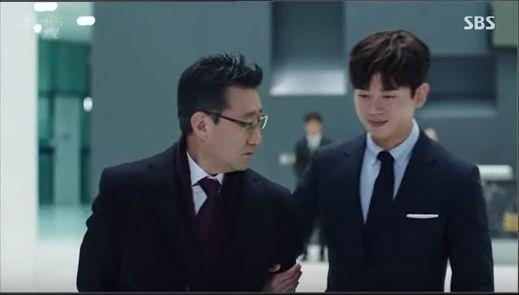 チヒョンはジュンジェの父と話し中です。