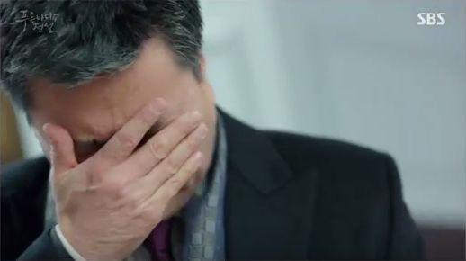 帰るジュンジェをつかみたいですが、ホ会長は緑内障のために視界がぼやけてジュンジェつかめなかったです。