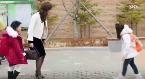 シムチョンの友達であるユナを会いに娘の学校へ行きます。