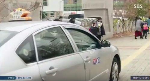 ユナの学校の前に変なタクシーが止まってありますがそこからマ・デヨンからマ・デヨンの声が聞こえます。