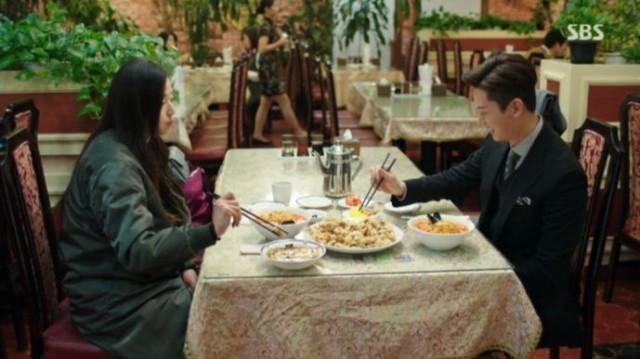チヒョンの計画がなにかわからないですが、シム・チョンに電話をかけて一緒に食事をします。