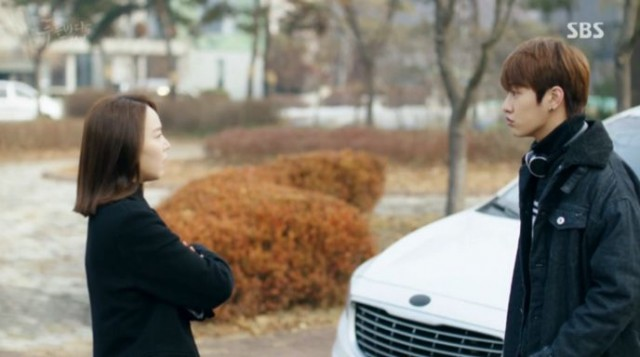 シアの家の前でシム・チョンを撮っているテオをシアが見つけて勘違いします