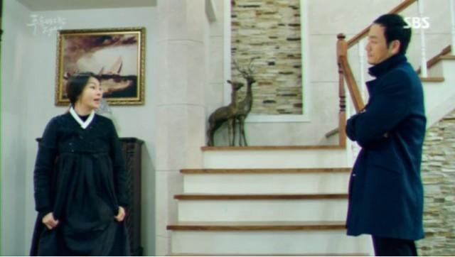 ホン・刑事はホ・会長の家を押収捜索をします。