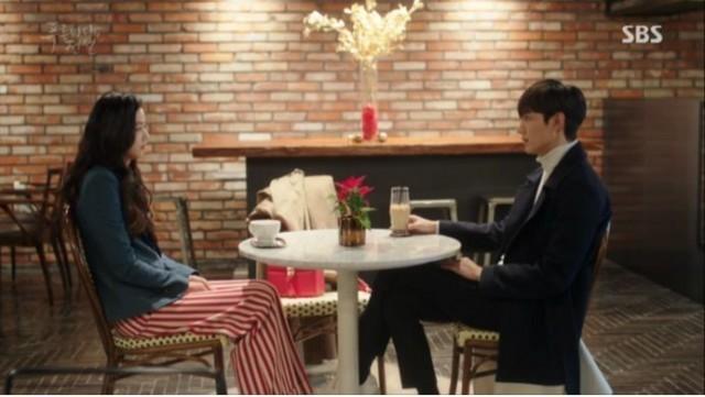 デートの最後のコースであるカフェーで二人は話し中です