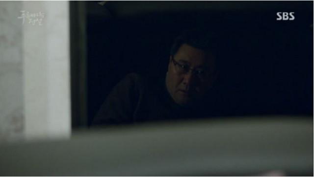 ホ・会長がソファーの後ろに隠れている姿を見つけますが何も言わないです。