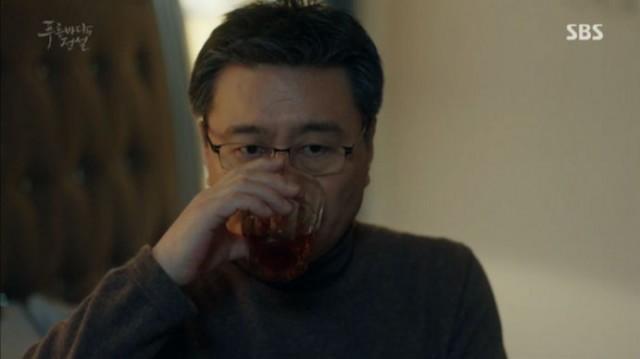 カンソヒが出かけた後、ホ・会長は薬は飲まないでお水だけ飲みました