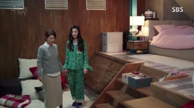 ジュンジェの母親はシム・チョンの部屋で一緒に泊まることになりました。