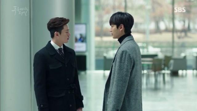 ジュンジェはどうしても連絡が取れない父親が心配でお父さんの会社へ行ってチヒョンに会います。