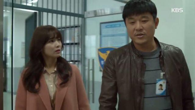 ハキョンはキム課長が心配で江南警察署へ行きます
