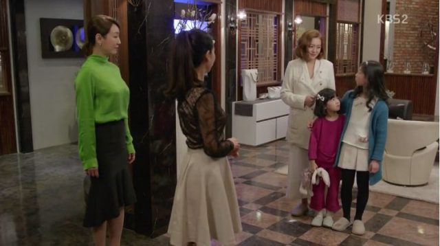 ウニはチェ・ドクブンとジンウクがいなくなったことを話す時、ウォンジェがジェボクに頼まれてへオクの面倒見をする為に娘を連れて訪ねます。