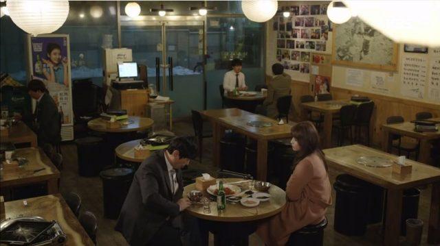 ユン・ハキョンはチュ・ナムホ部長とお酒を飲みながら会社の事を言いながら秘密を教えてくださいと言います。