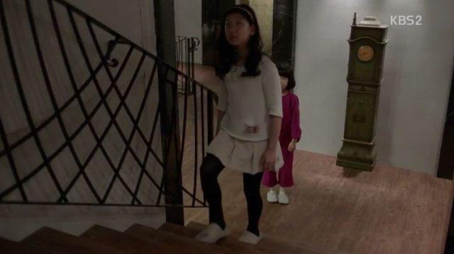へオクの面倒見ていたチェリ(ウオンジェの娘)が一人で2階に上がります。
